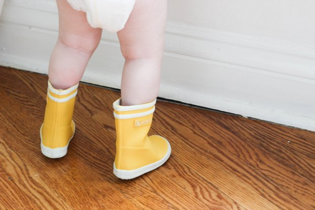 baby-in-rainboots-photo-inspiration